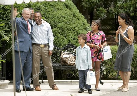 U S President George W Bush (l) Poses with Former U S Boxing Champion Sugar Ray Leonard As His Family (l to R) Son Daniel Ray 6 Daughter Camille 10 and Wife Bernadette Look On in Washington D C Usa< On 20 July 2007 Bush Stopped For Pictures On His Way out of the White House He Will Travel to Camp David For the Weekend