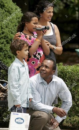 Former U S Boxing Champion Sugar Ray Leonard (lower Right) and His Family (l to R) Son Daniel Ray 6 Daughter Camille 10 and Wife Bernadette Watch As U S President George W Bush Leaves the White House Aboard the Marine One Helicopter in Washington D C Usa On 20 July 2007 Bush Stopped For Pictures with Leonard On His Way out of the White House He Will Travel to Camp David For the Weekend