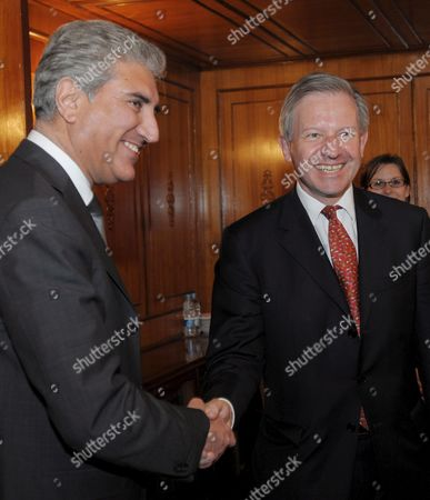 British Envoy to Afghanistan and Pakistan Sherard Cowper-coles (r) Shakes Hands with Pakistan's Foreign Minister Shah Mehmood Qureshi During Their Meeting in Islamabad Pakistan On 24 April 2009 Britain Appointed Sherard Cowper Coles As Special Envoy For the Two Countries That Are Being Described in Western Diplomatic Circles As the Major Cause For Concern in Coming Days and Months