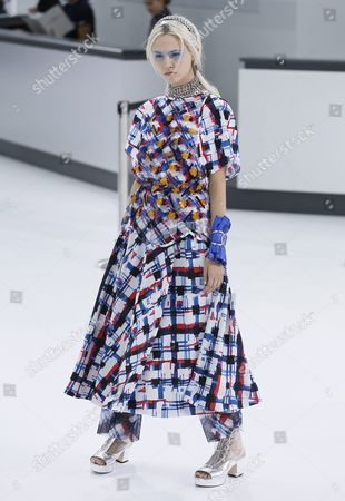 Us Model Charlotte Free Presents a Creation From the Spring/summer 2016 Ready to Wear Collection by German Designer Karl Lagerfeld For Chanel During the Paris Fashion Week in Paris France 06 October 2015 the Presentation of the Women's Collections Runs From 29 September to 07 October France Paris