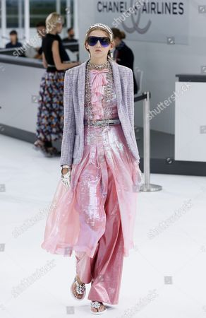 Us Model Molly Bair Presents a Creation From the Spring/summer 2016 Ready to Wear Collection by German Designer Karl Lagerfeld For Chanel During the Paris Fashion Week in Paris France 06 October 2015 the Presentation of the Women's Collections Runs From 29 September to 07 October France Paris
