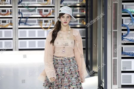 Italian Model Greta Varlese Presents a Creation From the Spring/summer 2016 Ready to Wear Collection by German Designer Karl Lagerfeld For Chanel During the Paris Fashion Week in Paris France 04 October 2016 the Presentation of the Women's Collections Runs From 27 September to 05 October France Paris