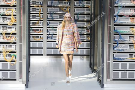 Us Model Molly Bair Presents a Creation From the Spring/summer 2016 Ready to Wear Collection by German Designer Karl Lagerfeld For Chanel During the Paris Fashion Week in Paris France 04 October 2016 the Presentation of the Women's Collections Runs From 27 September to 05 October France Paris