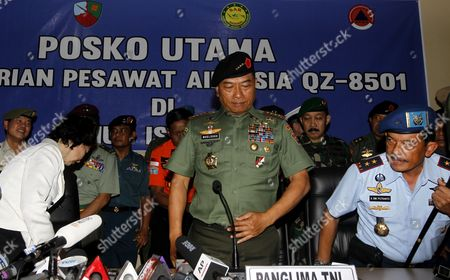 Indonesian Commander of the Indonesian Armed Forces (tni) General Muldoko (c) Stands After Talking to Journalists During a Press Conference of Their Search and Rescue Operation For Crashed Airasia Plane Acoompanied by His Staff and Us Vice Ambassador Kristen F Bauer (l) at Iskandar Military Airport in Pangkalan Bun Central Borneo Indonesia 06 January 2015 Indonesia Pangkalan Bun