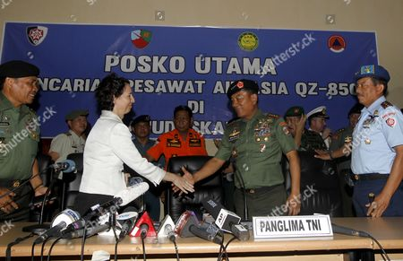 Indonesian Commander of the Indonesian Armed Forces (tni) General Muldoko (2-r) Shakes Hand with Us Vice Ambassador Kristen F Bauer (2-l) Acoompanied by His Staff Shortly After a Press Conference of Their Search and Rescue Operation For Crashed Airasia Plane at Iskandar Military Airport in Pangkalan Bun Central Borneo Indonesia 06 January 2015 Indonesia Pangkalan Bun