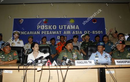 Indonesian Commander of the Indonesian Armed Forces (tni) General Muldoko (c) Addresses Journalists During a Press Conference of Their Search and Rescue Operation For Crashed Airasia Plane Acoompanied by His Staff and Us Vice Ambassador Kristen F Bauer (l) at Iskandar Military Airport in Pangkalan Bun Central Borneo Indonesia 06 January 2015 Indonesia Pangkalan Bun