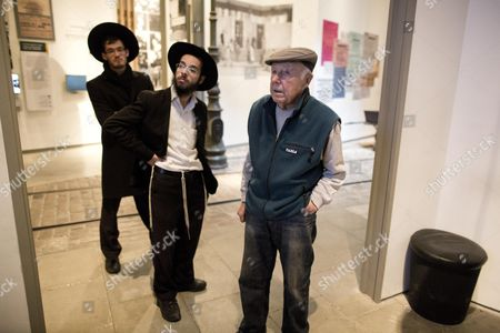 Stock Image of Simcha Rotem 90 Born As Simcha (szymon) Rathajzer Also Known As Kazik (r) Former Jewish Underground Fighter who Served As the Head Courier of the Jewish Fighting Organization (zob) Which Planned and Executed the Warsaw Ghetto Uprising Against the Nazis in April - May 1943 Visits For the First Time Ever the Yad Vashem Holocaust Memorial Museum in Jerusalem Israel 27 January 2014 International Holocaust Remembrance Day is Annually Marked on 27 January the Day in 1945 when the Auschwitz-birkenau Concentration Camp was Liberated by Soviet Forces Israel Jerusalem