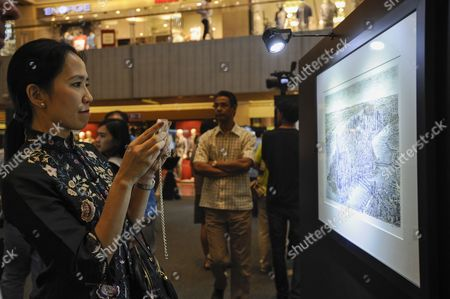 A Woman Takes a Photo on Her Smartphone of a Panorama of New York City Sketched by British Artist Stephen Wiltshire at the Paragon Shopping Mall in Singapore 16 July 2014 Drawing Only From His Memory the Autistic Artist Has Completed Panoramas of Other Famous Cities Such As London New York and Rio De Janeiro the Finished Piece of Singapore Which Will Take Wiltshire Three Days to Complete Will Be Presented to President Tony Tan Keng Yam As a Gift For the 50th Anniversary of Singapore Singapore Singapore