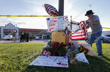 Military Veteran David Croft Adjust a Us Flag at a Makeshift Memorial Near a Us Military Recruiting Storefront After a Shooting in Chattanooga Tennessee Usa 16 July 2015 Authorities Say the Shootings at Two Different Locations Left Four Us Marines and the Gunman Mohammod Youssuf Abdulazeez Dead United States Chattanooga