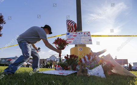 Military Veteran David Croft Brings Flowers to a Makeshift Memorial Near a Us Military Recruiting Storefront After a Shooting in Chattanooga Tennessee Usa 16 July 2015 Authorities Say the Shootings at Two Different Locations Left Four Us Marines and the Gunman Mohammod Youssuf Abdulazeez Dead United States Chattanooga