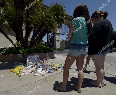 Tourists Stop to Admire a Shrine For Dead Canadian Actor Cory Monteith Outside the Gates of Paramount Pictures in Los Angeles California Usa 17 July 2013 Monteith who Starred in the Television Show 'Glee' Died of Mixed Drug Toxicity a Combination of Heroin and Alcohol United States Los Angeles