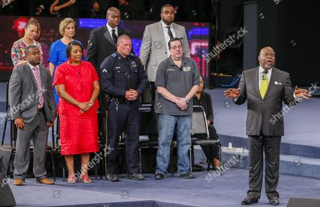 Bishop T D Jakes (r) Hosts 'Conversations with America' Town Hall at the Potter's House in Dallas Texas Usa 10 July 2016 Five Dallas Police Officers Died After an Ambush Assault by a Gunman During a Protest Rally in Dallas on 07 July United States Dallas