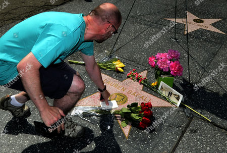 A Fan Looks at a Note That Has Been Placed on the Hollywood Walk of Fame Star For Us Actress Lauren Bacall in Hollywood California Usa 13 August 2014 the Actress who was Married to the Late Humphrey Bogart and was Honored with an Oscar 'In Recognition For Her Central Place in the Golden Age of Movie Making' Died of a Stroke 12 August 2014 in New York at the Age of 89 United States Hollywood