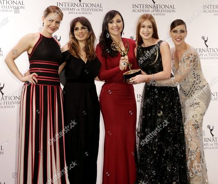 Stock Picture of (l-r) Brazilian Actresses Leadra Leal Maria Ribeiro Josie Pessoa Marina Ruy Barbosa and Adriana Birolli Pose with the International Emmy Award in the 'Telenovela' Category For 'Imperio' During the 43rd International Emmy Awards Gala in New York New York Usa 23 November 2015 United States New York