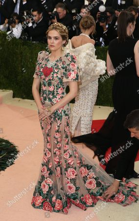 Zoe Deutch Arrives on the Red Carpet For the 2016 Costume Institute Benefit at the Metropolitan Museum of Art Celebrating the Opening of the Exhibit 'Manus X Machina: Fashion in an Age of Technology' in New York New York Usa 02 May 2016 the Exhibit Will Be on View at the Metropolitan Museum of Art's Costume Institute From 05 May to 14 August 2016 United States New York