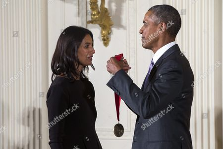 Us President Barack Obama (r) Presents a 2014 National Humanities Medal to Jhumpa Lahiri (l) For Enlarging the Human Story in the East Room of the White House in Washington Dc Usa 10 September 2015 Obama Awarded 21 Arts and Humanities Medals During the Event United States Washington