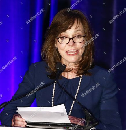 Us Actress Sally Field Speaks As She Presents the Abraham Lincoln Presidential Library Foundation Lincoln Leadership Prize to Us Film Director Steven Spielberg For His Lifetime of Service in the Spirit of the 16th President at the Hilton Hotel in Chicago Illinois Usa 19 March 2014 Spielberg Directed the 2012 Film 'Lincoln' Which Starred Sally Field As Mary Todd Lincoln United States Chicago