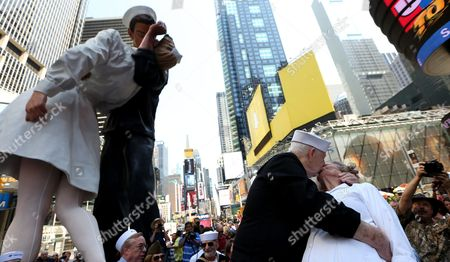 Stock Photo of Ray and Ellie Williams (r) of Georgia Both Us Navy Veterans of World War Ii Lead Times Square in Re-enacting the Iconic Vj Day Kiss Photo by Alfred Eisenstaedt in New York New York Usa 14 August 2015 United States New York