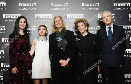 Epa05049277 Us Photographer Annie Leibovitz (c) Poses For Pictures with Chinese Actress Yao Chen (l) Us Magazine Editor and Actress Tavi Gevinson (2-l) Us Philanthropist Art Patron and Collector Agnes Gund (2-r) and Pirelli President Marco Tronchetti Provera (r) at the Pirelli 2016 Calendar Presentation in London Britain 30 November 2015 the 43rd Edition of the Pirelli Calendar was Created by Leibovitz in Her New York Studio Epa/andy Rain United Kingdom London