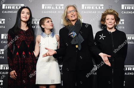 Us Photographer Annie Leibovitz (2-r) Poses For Pictures with Chinese Actress Yao Chen (l) Us Magazine Editor and Actress Tavi Gevinson (2-l) and Us Philanthropist Art Patron and Collector Agnes Gund (2-r) at the Pirelli 2016 Calendar Presentation in London Britain 30 November 2015 the 43rd Edition of the Pirelli Calendar was Created by Leibovitz in Her New York Studio United Kingdom London