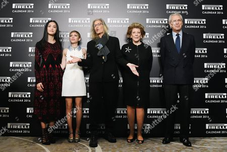 Us Photographer Annie Leibovitz (c) Poses For Pictures with Chinese Actress Yao Chen (l) Us Magazine Editor and Actress Tavi Gevinson (2-l) Us Philanthropist Art Patron and Collector Agnes Gund (2-r) and Pirelli President Marco Tronchetti Provera (r) at the Pirelli 2016 Calendar Presentation in London Britain 30 November 2015 the 43rd Edition of the Pirelli Calendar was Created by Leibovitz in Her New York Studio United Kingdom London