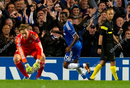 Chelsea's Samuel Eto'o (c) Celebrates a Goal As Fc Schalke 04's Timo Hildebrand (l) Reacts During the Uefa Champion's League Group E Soccer Match Between Chelsea and Fc Schalke 04 at the Stamford Bridge Stadium London Britain 06 November 2013 United Kingdom London