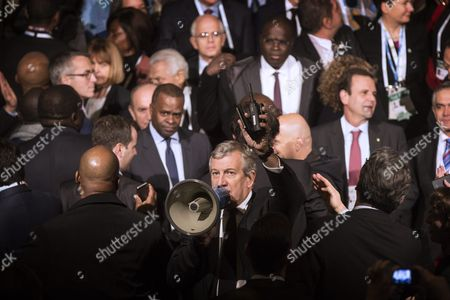 Moroccan Businessman Richard Attias Tries to Organize Using a Megaphone the Family Picture of the Participants During the Mayors Summit During the Cop21 World Climate Change Conference 2015 in the Paris City Hall France 04 December 2015 the 21st Conference of the Parties (cop21) is Held in Paris From 30 November to 11 December Aimed at Reaching an International Agreement to Limit Greenhouse Gas Emissions and Curtail Climate Change France Paris