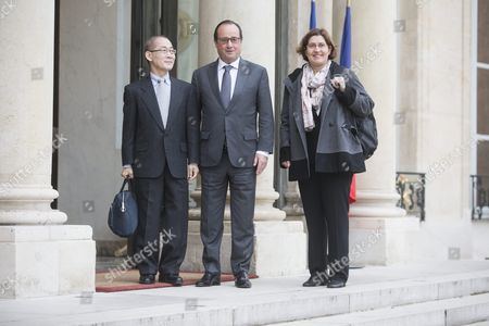 French President Francois Hollande (c) Shakes Welcomes the New President of the Intergovernmental Panel on Climate Change Hoesung Lee (l) and His Co-president Valerie Mason Delmotte (r) As They Arrive at the Elysee Palace For a Meeting in Paris France 15 October 2015 France Paris