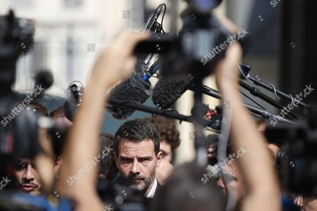 French Former Societe Generale Rogue Trader Jerome Kerviel (c) Talks to the Media After Fighting a Civil Damages Case with His Lawyer David Koubbi (c-r) in Versailles France 23 September 2016 Keviel Has Been Sentenced to Pay One Milion Euros to Societe Generale Financial Services Group After They Claimed a 4 9 Billion Euros of Losses in 2008 France Versailles