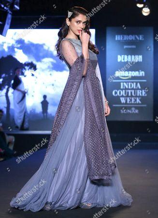 Indian Actress Aditi Rao Hydari Presents a Creation by Indian Designer Debarun Mukherjee During Amazon India Couture Week 2015 in New Delhi India 01 August 2015 the Amazon India Couture Week 2015 Runs From 29 July to 02 August India New Delhi
