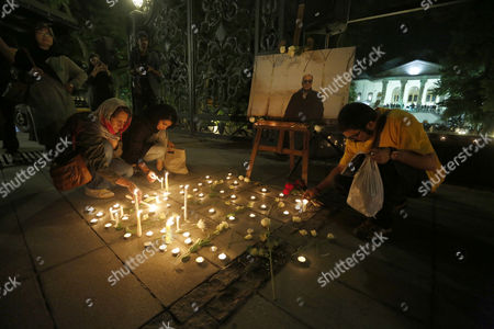 Iranians Light Candles During a Candlelight Ceremony Mourning the Death of Late Iranian Film Director Abbas Kiarostami at the Cinema Museum in Tehran Iran 05 July 2016 According to Media Reports Award-winning Film Director Abbas Kiarostami Died After Several Months of Illness at the Age of 76 in Paris France on 04 July 2016 the Director Suffered Since the End of March of Gastrointestinal Cancer and Had Been Undergoing Hospital Treatment in France Media Added Kiarostami Whose Career Spanned 40 Decades was Considered One of the Most Prominent Directors of Iran Iran (islamic Republic Of) Tehran