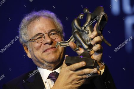 Israeli-us Violinist Itzhak Perlman Holds the Genesis Prize During the Genesis Prize Ceremony in Jerusalem Israel 23 June 2016 Perlman Received the One Million Us Dollar Award From Israeli Prime Minister Benjamin Netanyahu For His Contribution in the Field of Music Around the World Israel Jerusalem