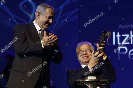 Israeli-us Violinist Itzhak Perlman (r) Holds the Genesis Prize During the Genesis Prize Ceremony in Jerusalem Israel 23 June 2016 Perlman Received the One Million Us Dollar Award From Israeli Prime Minister Benjamin Netanyahu (l) For His Contribution in the Field of Music Around the World Israel Jerusalem