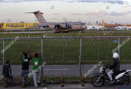 Filipinos View a U S Air Force C-17a Globemaster Transport Plane As It Prepares to Take Off From Manila's International Airport on the Second Day of Asia-pacific Economic Cooperation (apec) Summit in Manila Philippines 13 November 2015 the Philippines Hosts the Meetings That Started on 12 November with the Summit Scheduled to Be Held on 18-19 November 2015 President Benigno Aquino Iii Will Host a Welcome Dinner For the Leaders of the 21 Member Countries on 18 November Philippines Manila