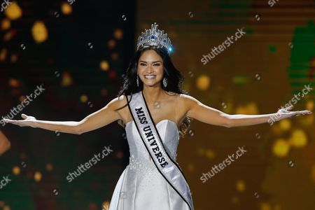 Miss Universe 2015 Pia Alonzo Wurtzbach Gestures to the Crowd During the Miss Philippines 2016 Coronation Night in Quezon City Northeast of Manila Philippines 17 April 2016 Forty Women Competed For Winning Spots in the Pageant to Represent the Country in This Year's Miss Universe Miss International Miss Intercontinental Miss Globe Miss Supranational and Miss Grand International Philippines Manila