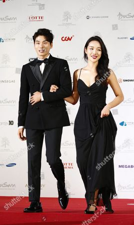 South Korean Actors Lee Yi-kyung(l) and Jeong Yeon-joo(r) Arrive at the Opening Ceremony of the 21th Busan International Film Festival (biff) Plaza in Busan South Korea 06 October 2016 the Biff Runs From 06 to 15 October 2016 and Will Feature Sreenings of 301 Titles From 69 Countries Korea, Republic of Busan