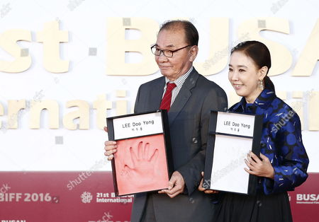 South Korean Director Lee Doo-yong(l) Pose with the Festival's Executive Director Kang Soo-yeon (r) During His Hand-printing Ceremony at the 21st Busan International Film Festival (biff) Plaza in Busan South Korea 09 October 2016 the Biff Runs From 06 to 15 October and Will Feature Sreenings of 301 Titles From 69 Countries Korea, Republic of Busan