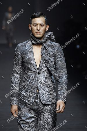 South Korean Actor Oh Ji-ho Presents a Creation by South Korean Designer Song Ji-oh For Songzio Fashion House During the Spring/summer 2016 Collection in the Hera Seoul Fashion Week at the Dongdaemun Design Plaza in Seoul South Korea 17 October 2015 the Fashion Week Runs From 16 to 21 October Korea, Republic of Seoul