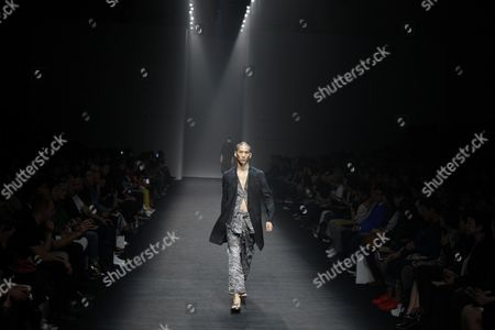A Model Presents a Creation by South Korean Designer Song Ji-oh For Songzio Fashion House During the Spring/summer 2016 Collection in the Hera Seoul Fashion Week at the Dongdaemun Design Plaza in Seoul South Korea 17 October 2015 the Fashion Week Runs From 16 to 21 October Korea, Republic of Seoul