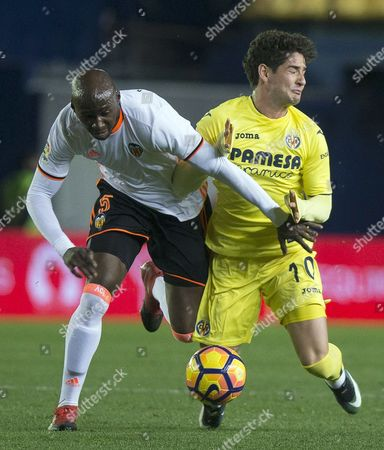 Villarreal's Brazilian forward Alexandre Pato (R) in action against French defender Eliaquim Mangala (L) of Valencia during their Spanish Primera Division soccer match played at El Madrigal stadium in Villarreal, Castellon, eastern Spain,  21 January 2017.