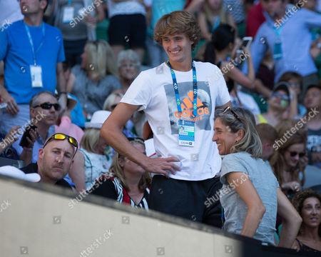 Alexander Zverev (GER),Mutter Irina und Fitness Coach Jez Green in der Spielerloge