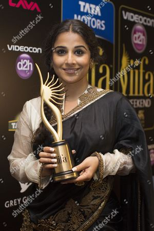 Indian Actress Vidya Balan Poses with Her Award Received For Best Actress in a Leading Role For Her Performance in 'Kahaani' at The14th International Indian Film Academy (iifa) at the Venetian Hotel in Macau China 06 July 2013 the 14th Edition of the Iifa Awards Commemorates 100 Years of Indian Cinema and Runs From 04 to 06 July China Macau