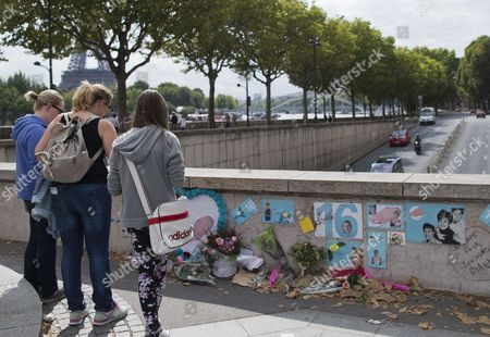 Pedestrians Looks at a Makeshift Memorial of Flowers and Pictures For Britain's Late Princess Diana on the Pont De L'alma Bridge in Paris France 31 August 2013 Today Marks the 16th Anniversary of the Fatal Car Crash That Killed Princess Diana and Her Companion Dodi Al-fayed in the Tunnel Beneath the Alma Bridge France Paris