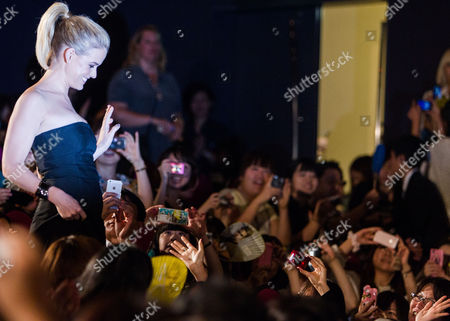 British Actress Alice Eve Waves to Fans During a Photo Call Session at the Premiere of 'Star Trek Into Darkness' in Tokyo Japan 13 August 2013 the Action Adventure Sci-fi Film Directed by J J Abrams Will Hit Japanese Theaters on 23 August Japan Tokyo