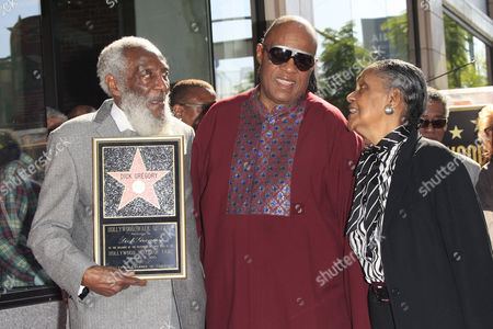 Us Entertainer/activist Dick Gregory (l) Poses with Stevie Wonder (c) and His Wife Lillian on the Hollywood Walk of Fame During a Ceremony in Hollywood California Usa 02 February 2015 Gregory was Awarded the 2 542nd Star on the Hollywood Walk of Fame in the Category of Live Theatre/performance United States Hollywood