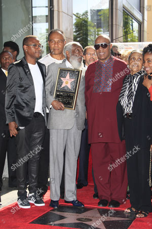 Us Entertainer/activist Dick Gregory (c) with Guests (l-r) Tommy Davidson Ray Parker Jr Stevie Wonder His Wife Lillian Gregory Poses with His Star on the Hollywood Walk of Fame During Ceremony in Hollywood California Usa 02 February 2015 Gregory was Awarded the 2 542nd Star on the Hollywood Walk of Fame in the Category of Live Theatre/performance United States Hollywood