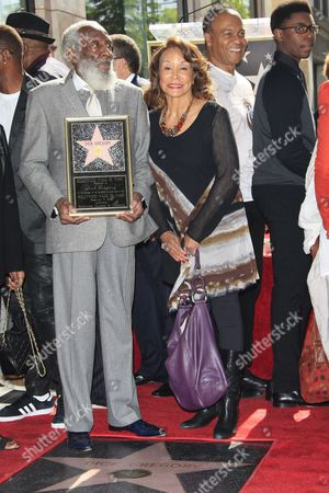 Us Entertainer/activist Dick Gregory Poses with His Star and Us Actress Freda Payne (r) on the Hollywood Walk of Fame During a Ceremony in Hollywood California Usa 02 February 2015 Gregory was Awarded the 2 542nd Star on the Hollywood Walk of Fame in the Category of Live Theatre/performance United States Hollywood