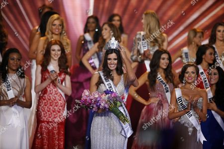 Miss Colombia Paulina Vega (l) is Crowned Miss Universe 2014 by Miss Universe 2013 Gabriela Isler of Venezuela (hidden) at the 2014 Miss Universe Final at the Fiu Arena in Miami Usa 25 January 2015 United States Miami