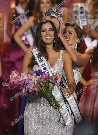 Miss Colombia Paulina Vega is Crowned Miss Universe 2014 by Miss Universe 2013 Gabriela Isler of Venezuela (r) at the 2014 Miss Universe Final at the Fiu Arena in Miami Usa 25 January 2015 United States Miami