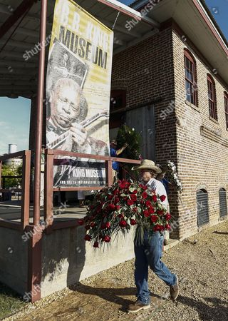 Memorial Flowers Are Removed From the B B King Museum Following Visitation and Public Viewing of Blues Legend B B King in Indianola Mississippi Usa 29 May 2015 King Died on 14 May While in Home Hospice Care in His Home in Las Vegas Nevada Usa and Will Be Buried in Indianola on 30 May United States Indianola